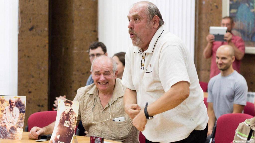 Витольд Абанькин (сидит за столом) на заседании дискуссионного клуба